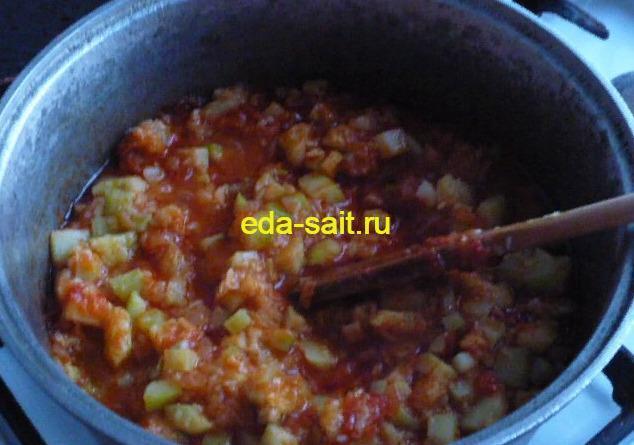 Добавить к тушеным кабачкам томатную пасту с луком