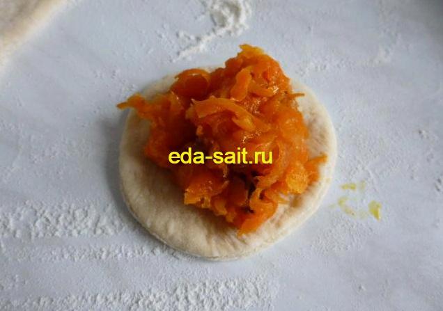 Выложить на круг теста морковную начинку с изюмом