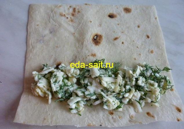 Выкладываем начинку с сыром на квадрат лаваша