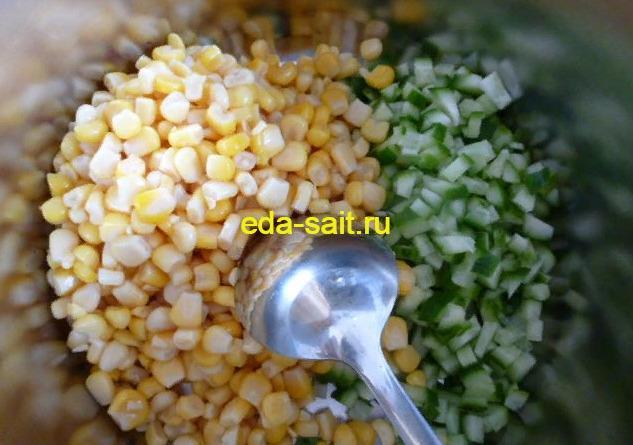 Добавляем к нарезанному огурцу консервированную кукурузу