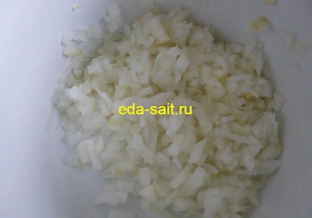 Мелко нарезанный лук для салата мимоза