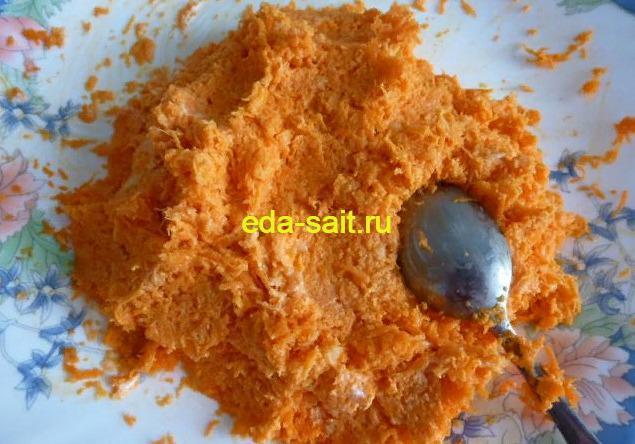 Перемешиваем морковь и чеснок с майонезом