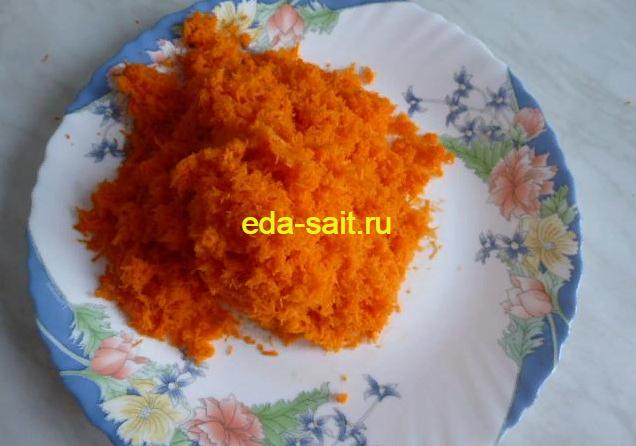 Натираем морковь на мелкой терке