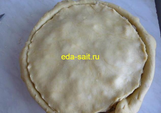 Накрыть верхнюю часть пирога с курицей и картошкой кругом теста