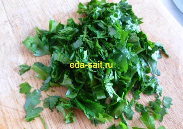 Петрушку мелко нарезаем для салата по корейски