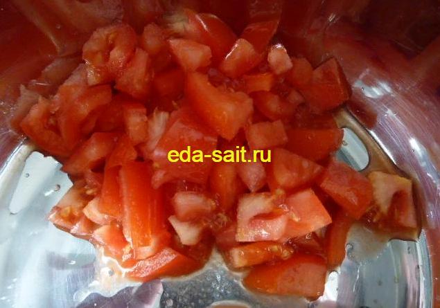 Нарезаем помидоры для рулета из лаваша