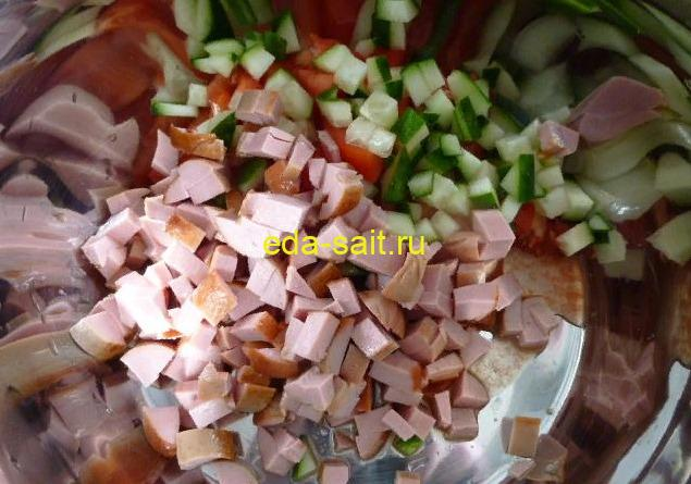 Нарезаем сосиски и огурец для рулета из лаваша