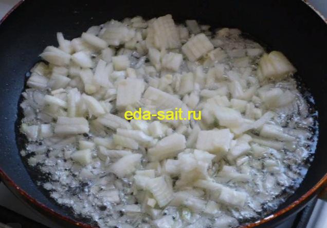 Жарим лук для тушеных кабачков