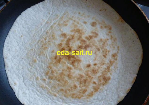 Обжаренная мексиканская лепешка на сковороде