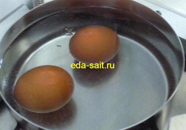 Отвариваем яйца для пирога с капустой