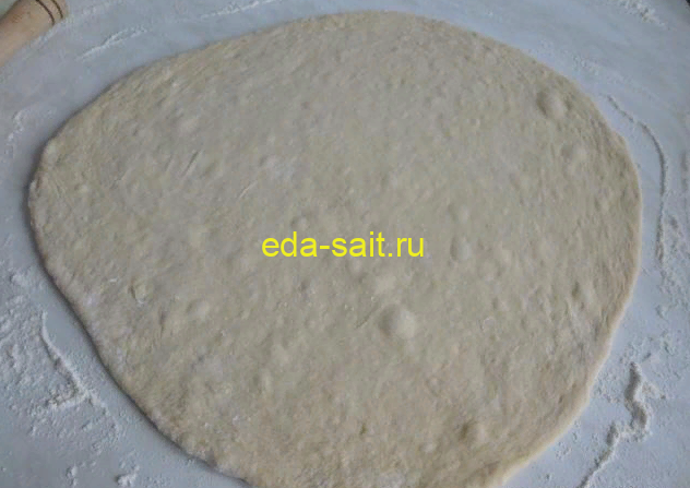 Раскатать дрожжевое тесто в тонкий пласт