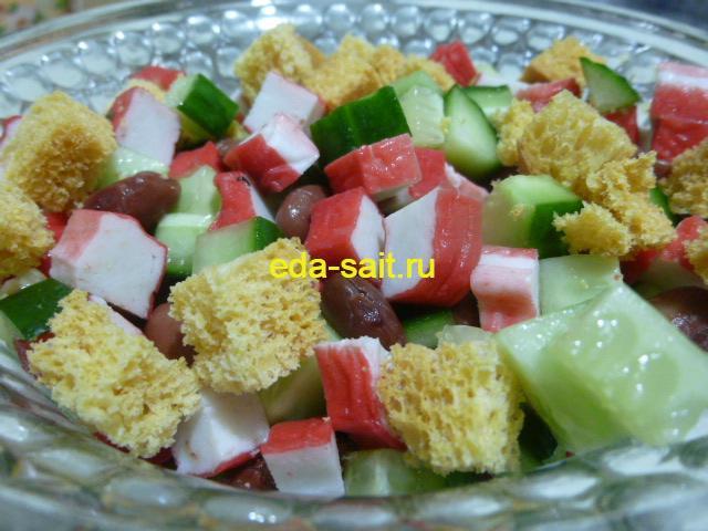 Салат с фасолью, крабовыми палочками и огурцом фото