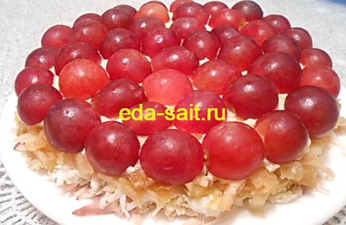 Салат с курицей, виноградом и яблоком фото