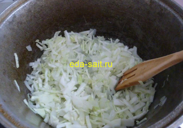 Нарезаем капусту для пирога и тушим