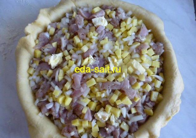 Выложить на тесто начинку из куриного мяса и картошки