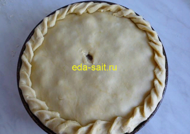 Защипнуть края пирога с курицей и картошкой