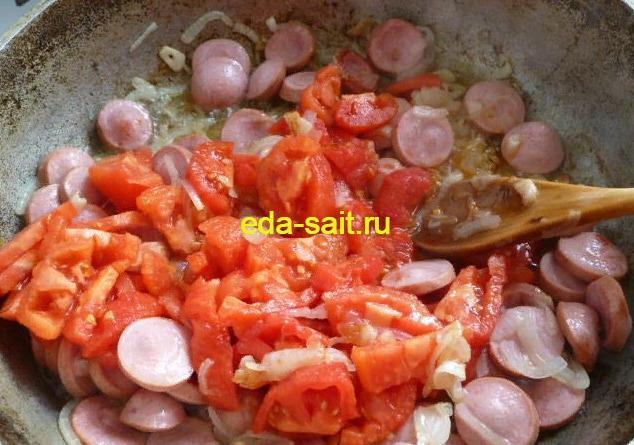 Обжариваем помидоры к пасте