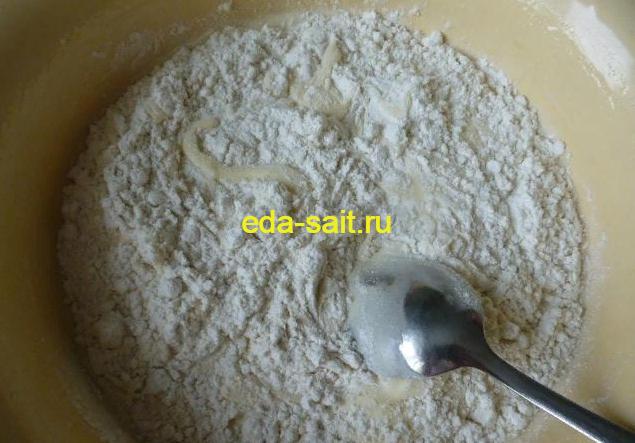 Добавляем в яйцам и сахару муку и перемешиваем