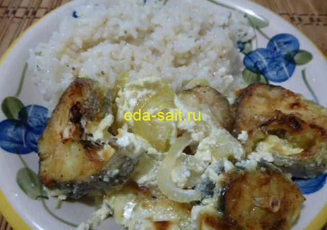 Минтай на луке в духовке с рисом