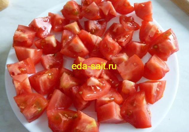 Нарезаем помидоры для пиццы