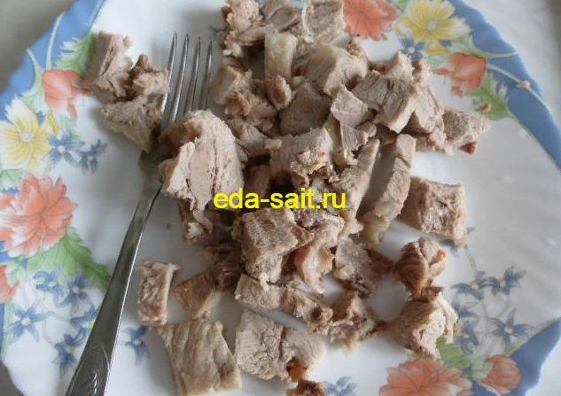 Нарезанная свинина в щи из свежей капусты