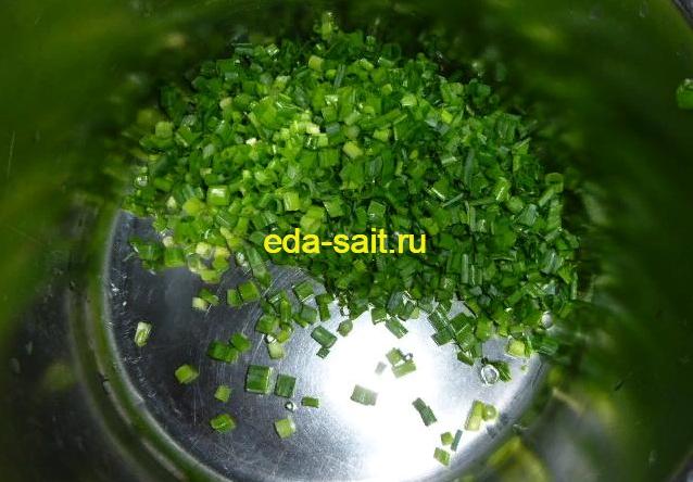 Нарезаем зеленый лук для конвертиков
