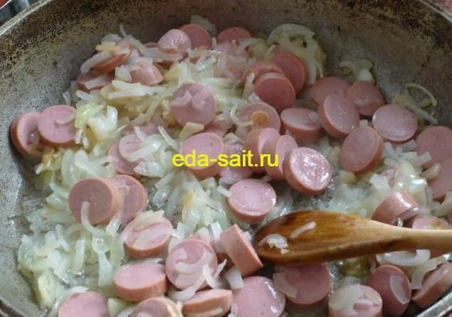 Обжариваем сосиски для пасты
