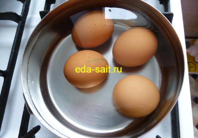 Отвариваем яйца для пирожков с капустой