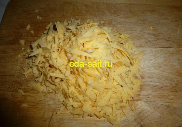 Натираем твердый сыр для конвертиков