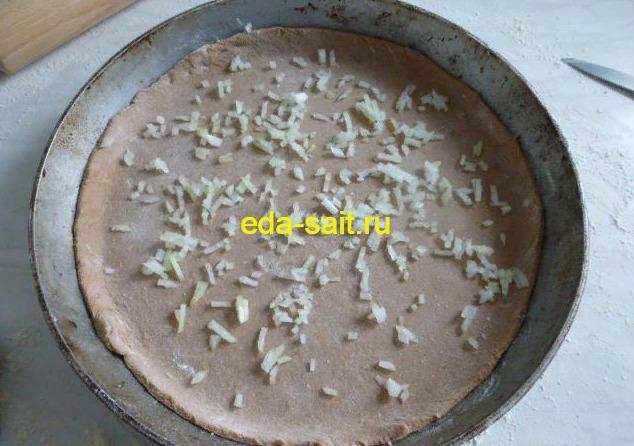 Выкладываем лук на пиццу из ржаного теста