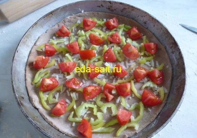 Выкладываем помидоры на пиццу из ржаного теста