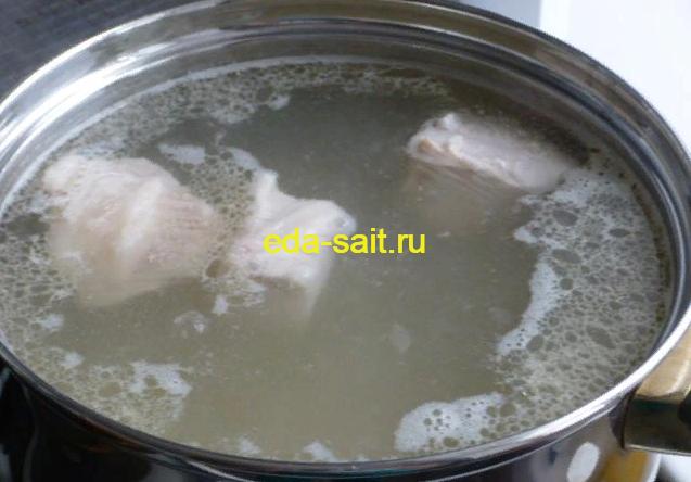 Закладываем картофель в суп с щавелем