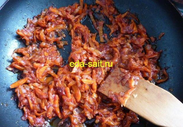 Морковь и лук обжаренные с томатной пастой в щи