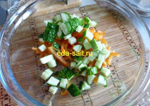 Выкладываем огурцы в салатник