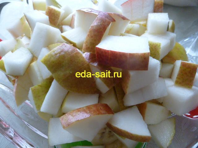 Нарезанные груши для салата с фруктами