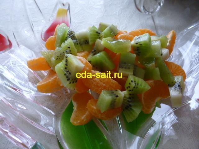 Нарезаем киви во фруктовый салат