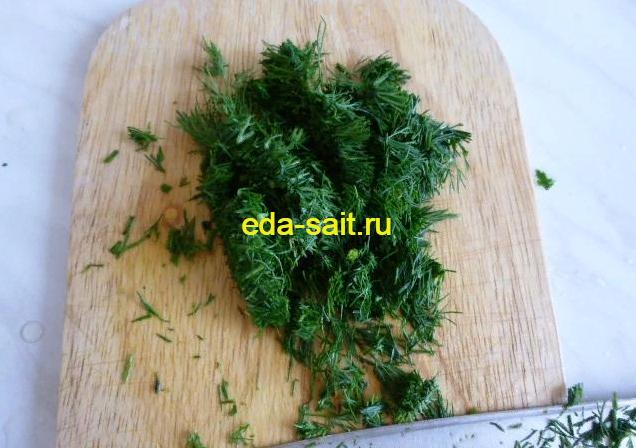 Нарезаем мелко зелень в гороховый суп со свининой