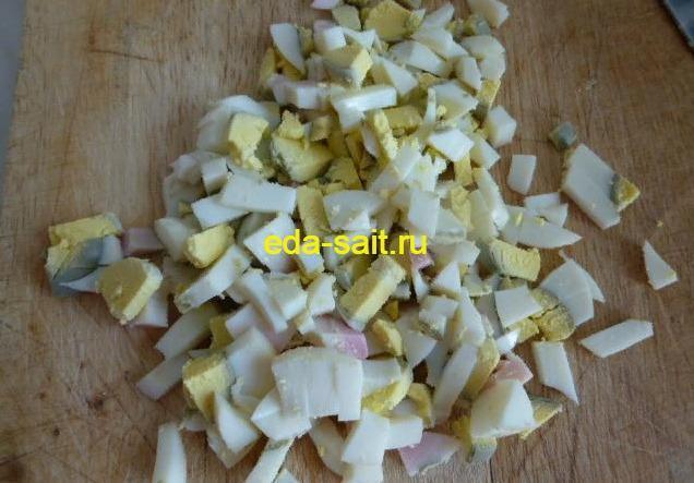 Нарезанные яйца для салата с курицей