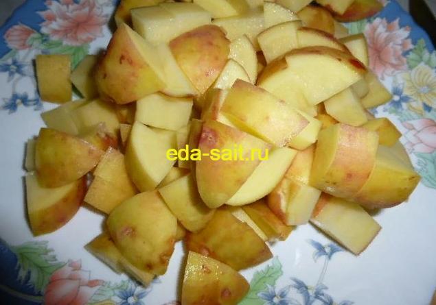 Нарезаем картошку для борща