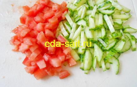 Салат с курицей овощами и сыром