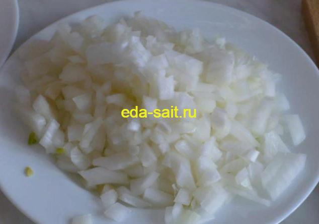 Нарезаем репчатый лук для куриного супа