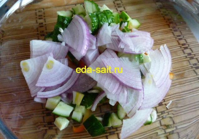 Выкладываем сиреневый лук в салатник