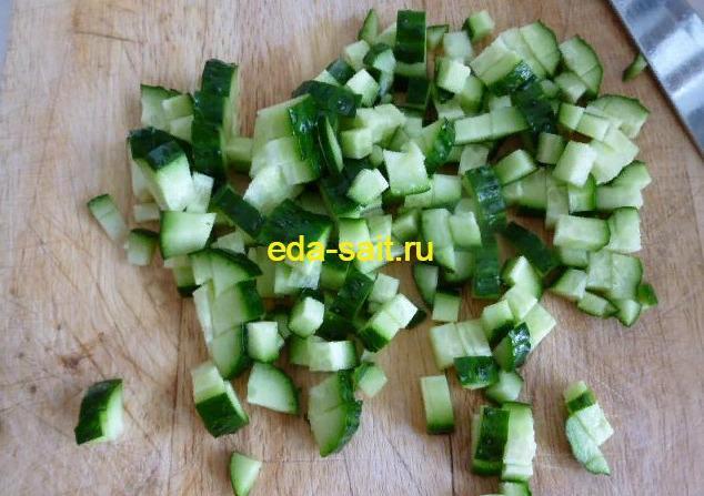 Салат с куриной грудкой и овощами нарезаем огурцы