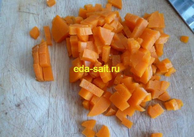 Салат с куриной грудкой и овощами нарезаем морковь