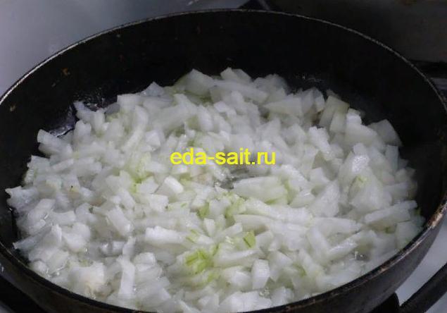 Жарим лук для баклажанов с рисом и фаршем