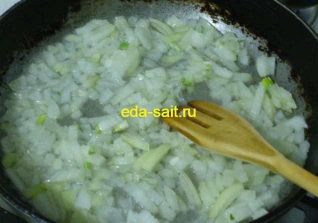 Яичница с болгарским перцем и луком обжариваем лук