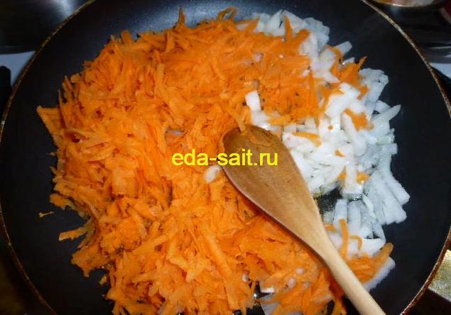 Обжариваем лук и морковь для борща со свининой