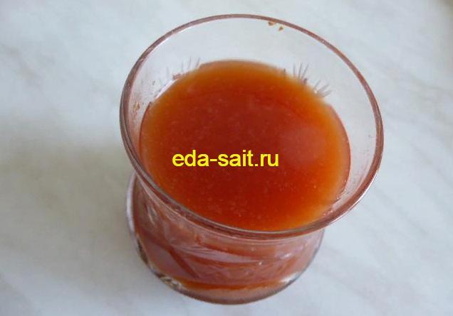 Мешаем томатную пасту с водой для подливы