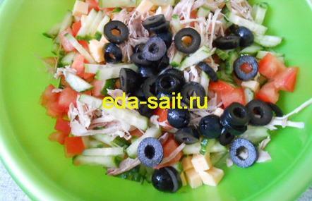 Салат с курицей овощами и сыром фото