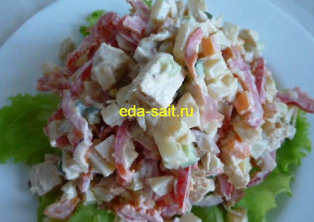 Салат с куриной грудкой и овощами фото